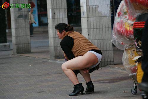 佛山女子当街尿尿 骑马舞式打的