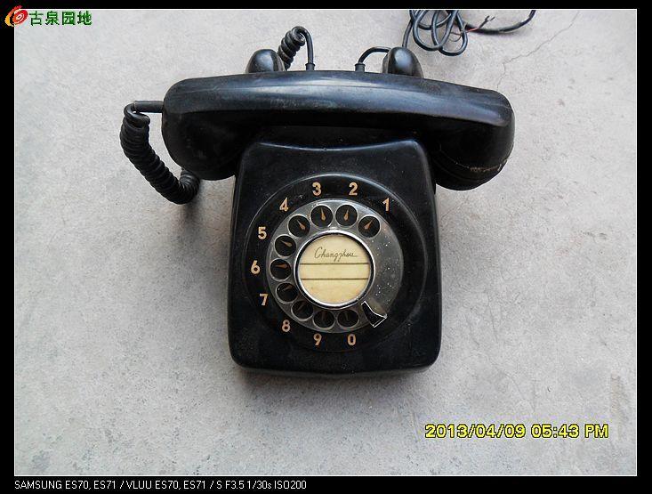 老式的电话机子一个